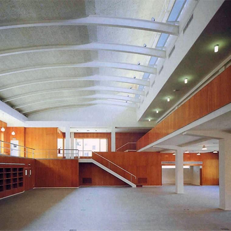 Lo importante para nosotros de la Biblioteca de Aragón, incluida por jurados internacionales entre las mejores obras de los 80 en España, es la implantación de la arquitectura como necesaria, frente a la hoy tan habitual arquitectura de firma
