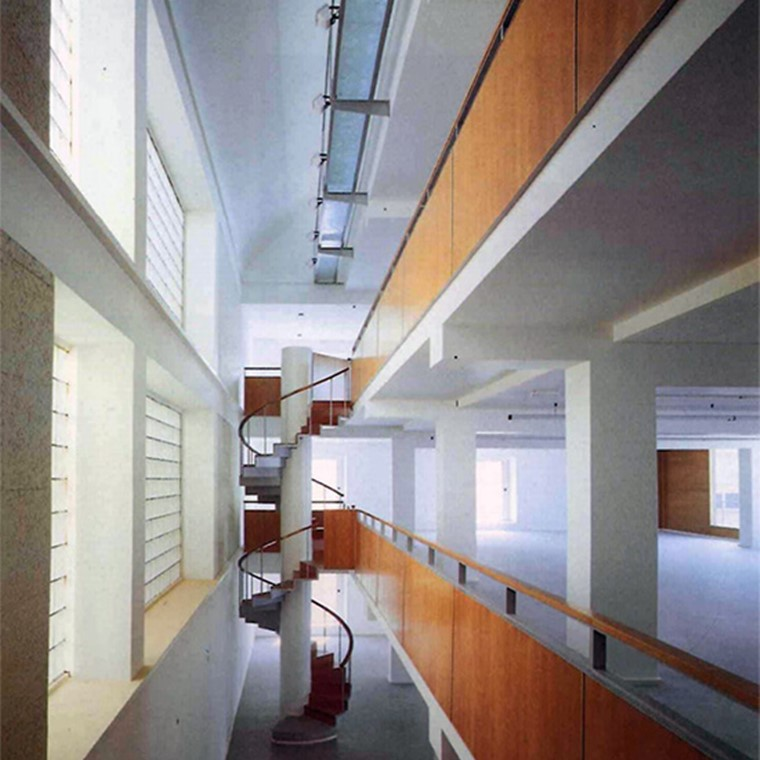 Todo parece estar en su sitio idóneo, sostenido por una construcción rigurosa y honesta; La articulación exterior de los volúmenes se traslada a la relación de los espacios interiores